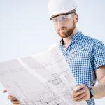 técnico em edificações observando projeto de construção civil
