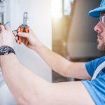 técnico em eletrotécnica conserta equipamento