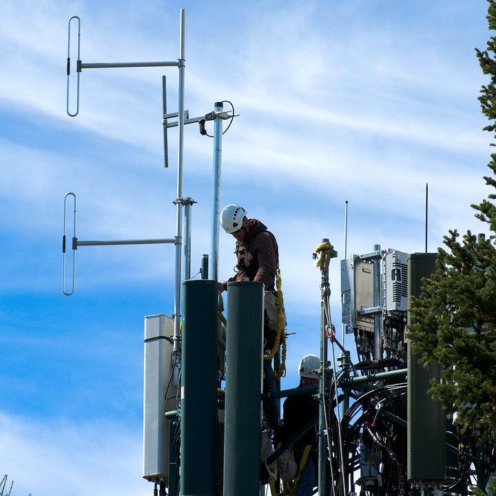 técnico em telecomunicações em antena de celular fazendo um reparo