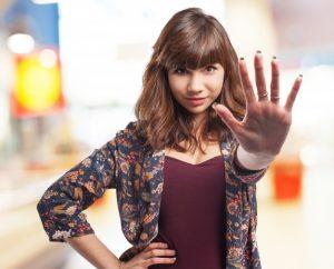 mulher com a mão estendida para frente